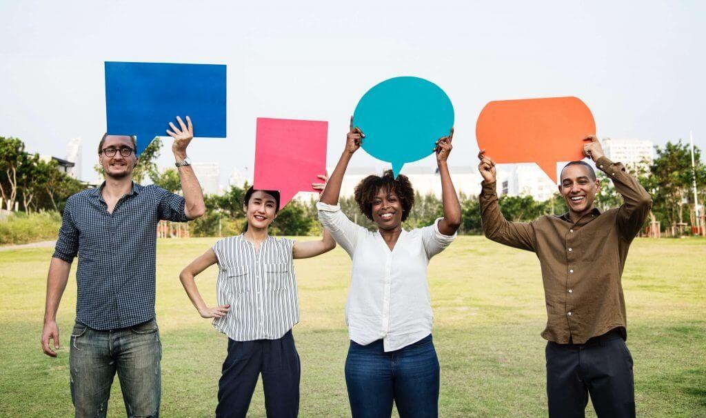 gente con carteles de feedback