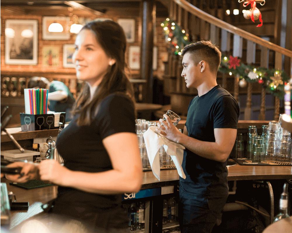 camareros atendiendo ofreciendo mejor hospitalidad